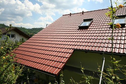 Dach im Farbton rotbraun beschichtet.