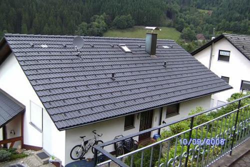 Dach im Farbton schiefergrau beschichtet.