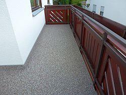 Balkonsanierung, Belag passend zum Geländer verlegt