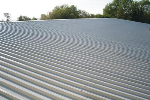 Dach im Farbton hellgrau beschichtet